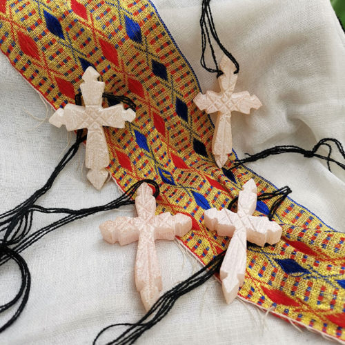 Cruces de alabastro y rosarios